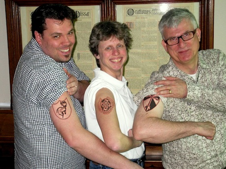 Lekendominicanen zetten tatoeages