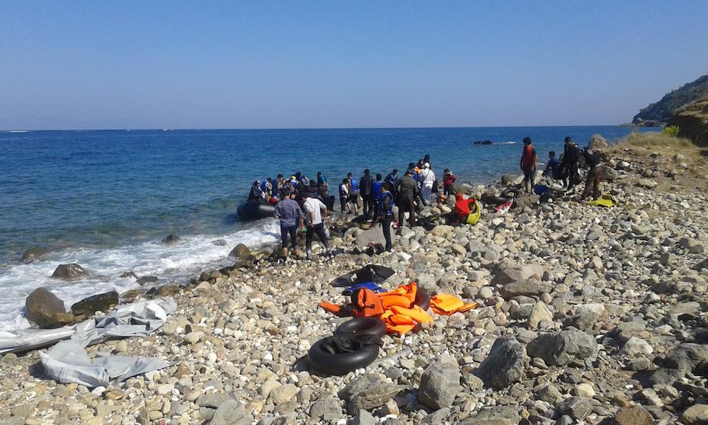 Vluchtelingen stappen uit op Samos, 15 oktober 2015.