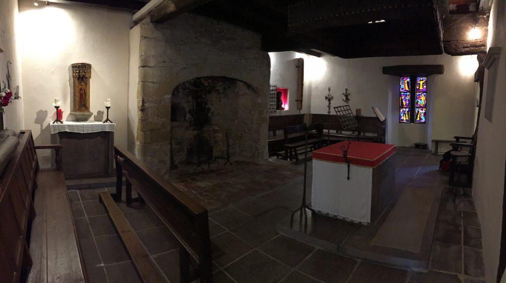 Van de kamer waar Dominicus jaren woonde - de haard is nog authentiek - is een kapel gemaakt.